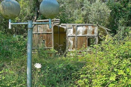 Valdanos-camping-abandoned-caravan-4